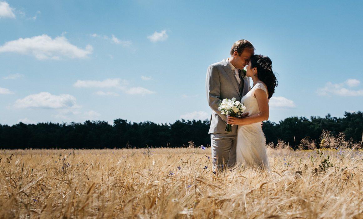 bruidspaar in korenveld