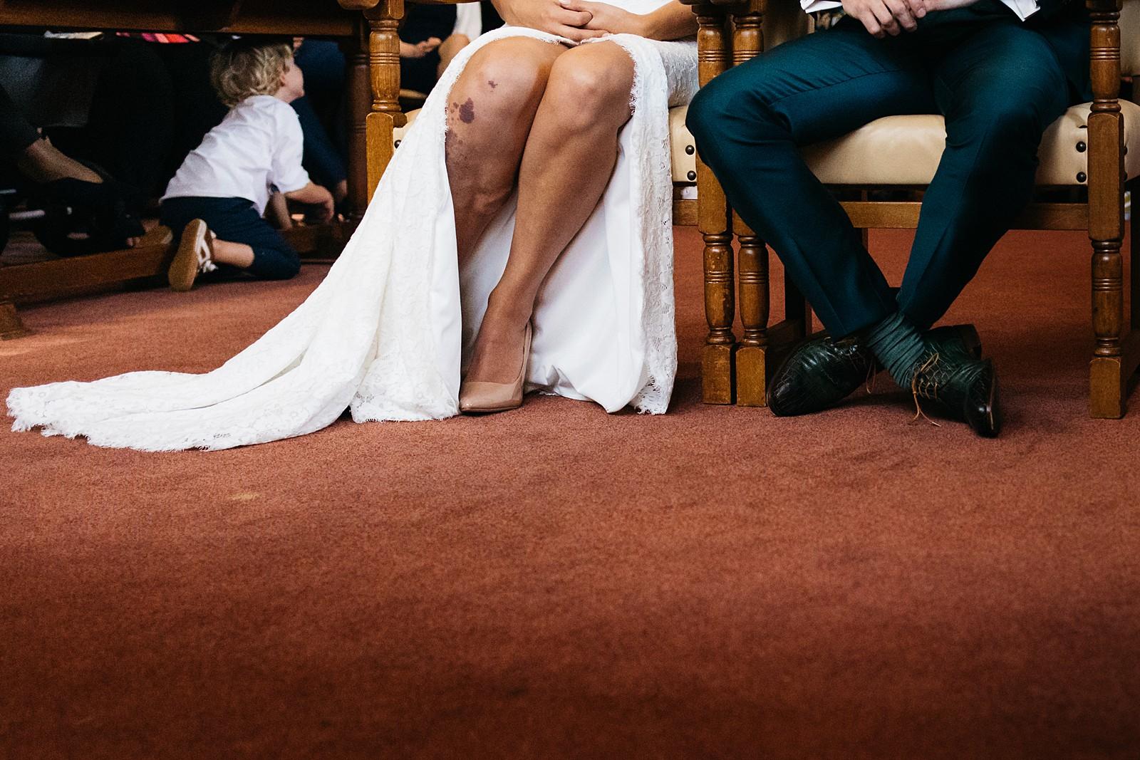 bruidskindje onder de tafel tijdens ceremonie