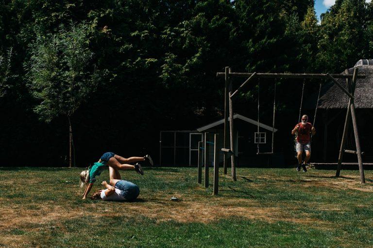 zusjes spelen op het gras