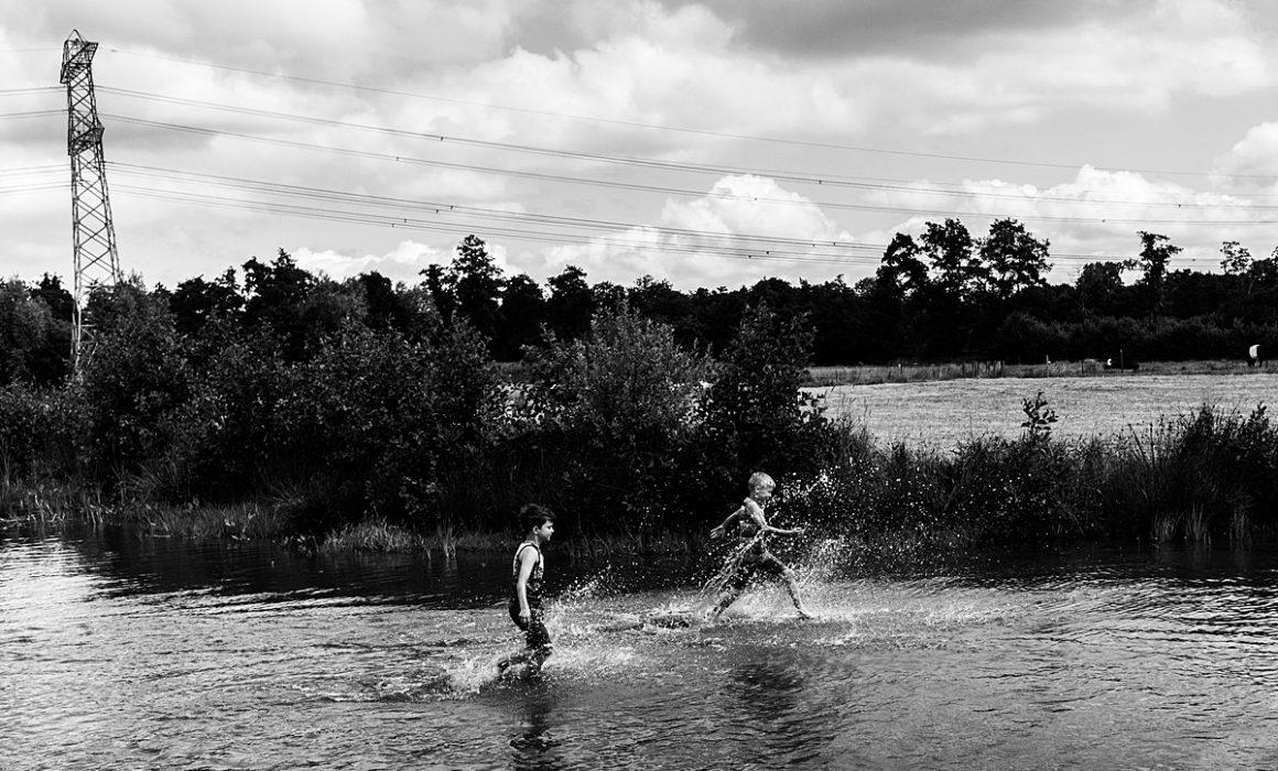 jongens rennen door het water