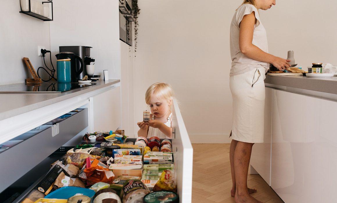 peuter kijkt in keuken la