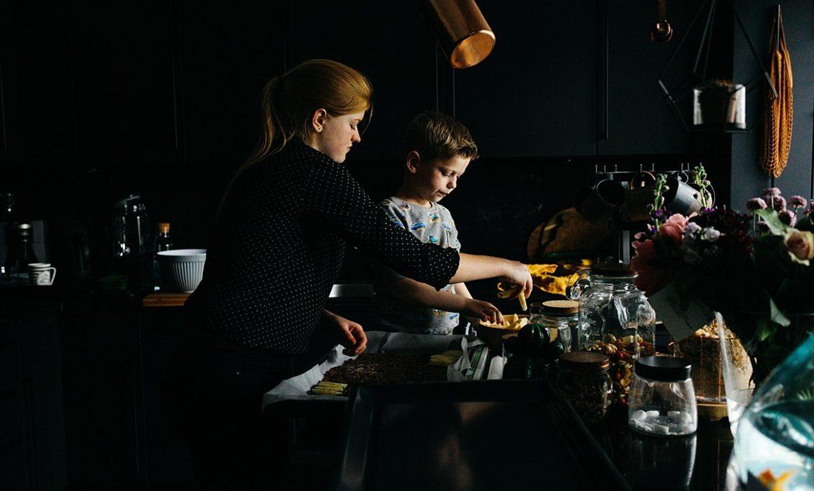 zus en broertje koken in de keuken