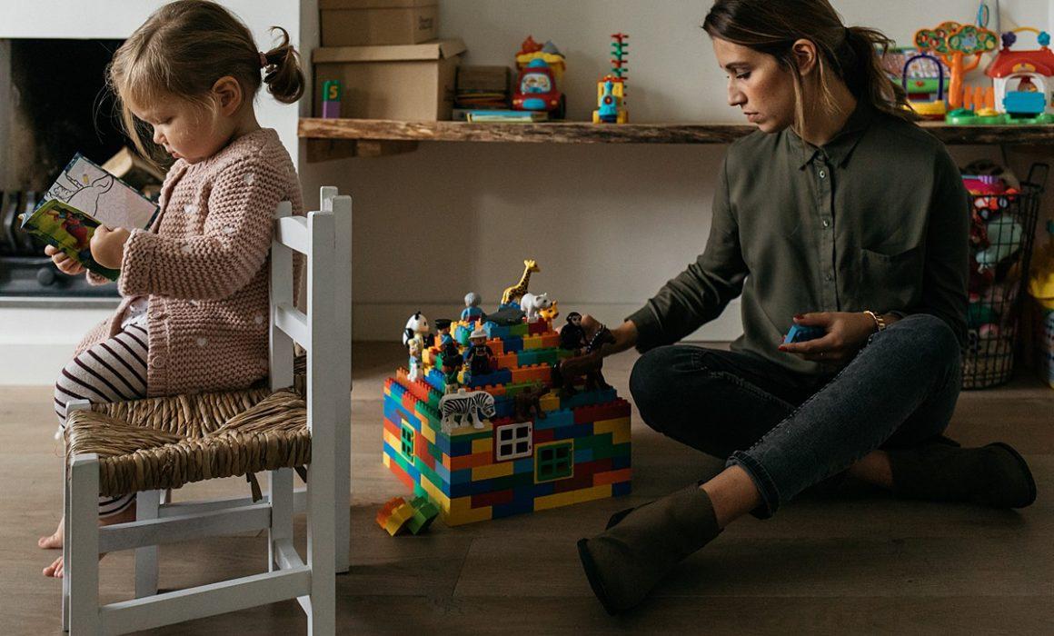 moeder speelt met dochter