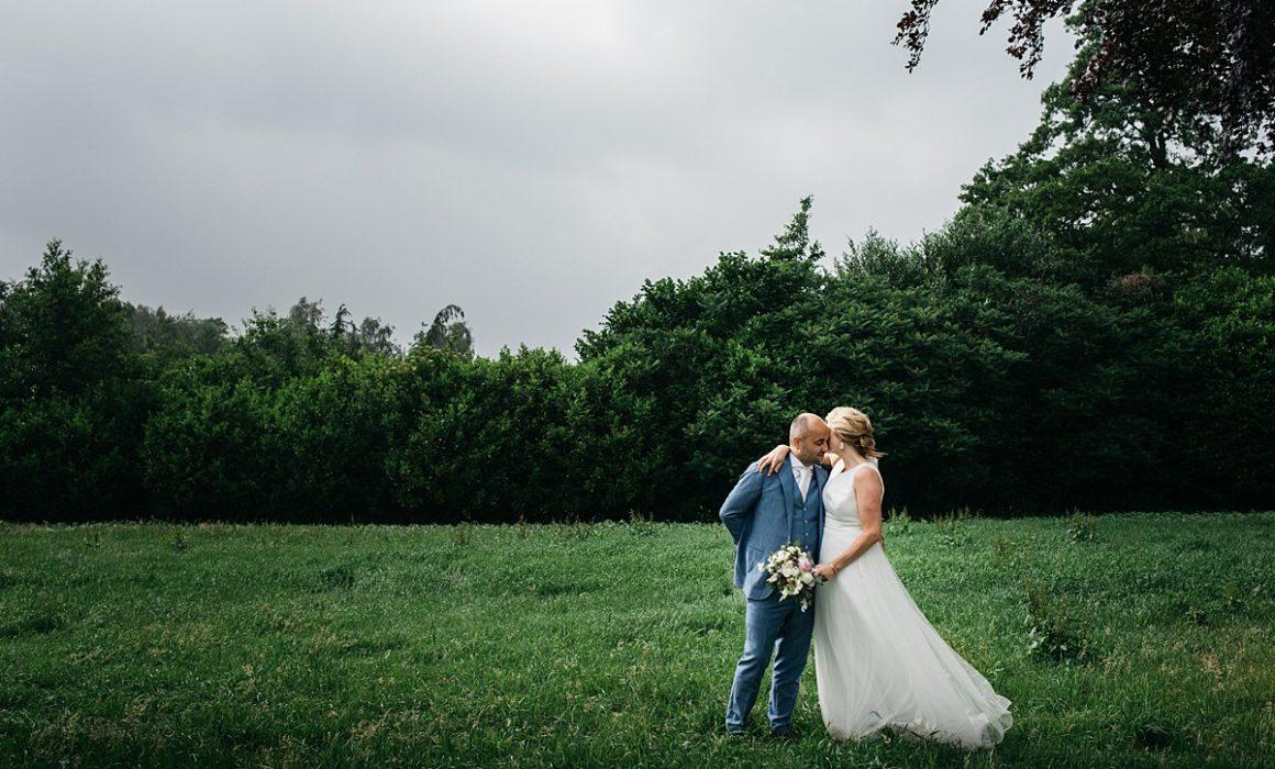 bruidspaar in het gras