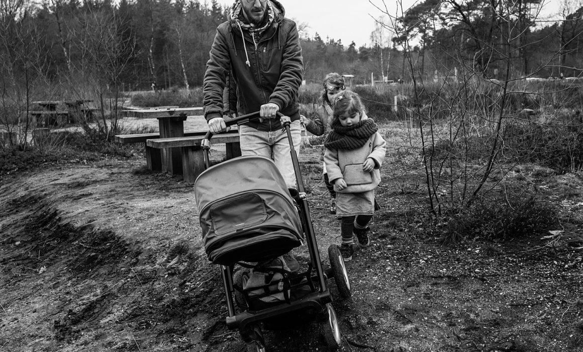 vader loopt met wandelwagen