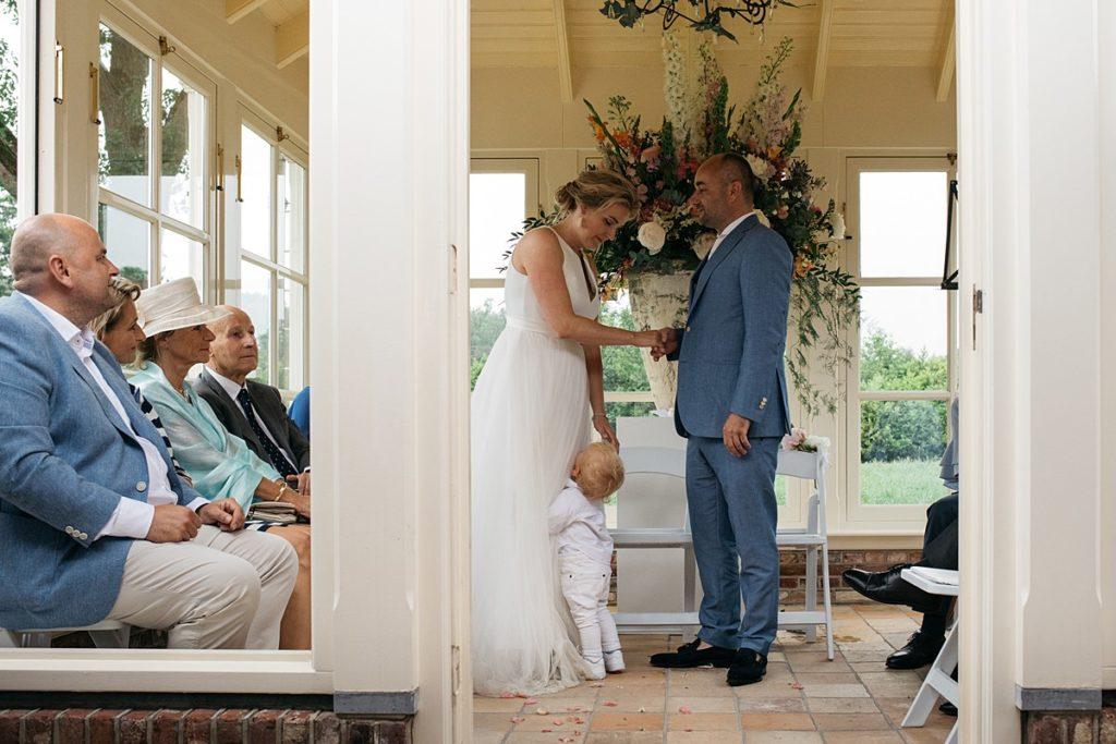 bruidsjonker tijdens ceremonie