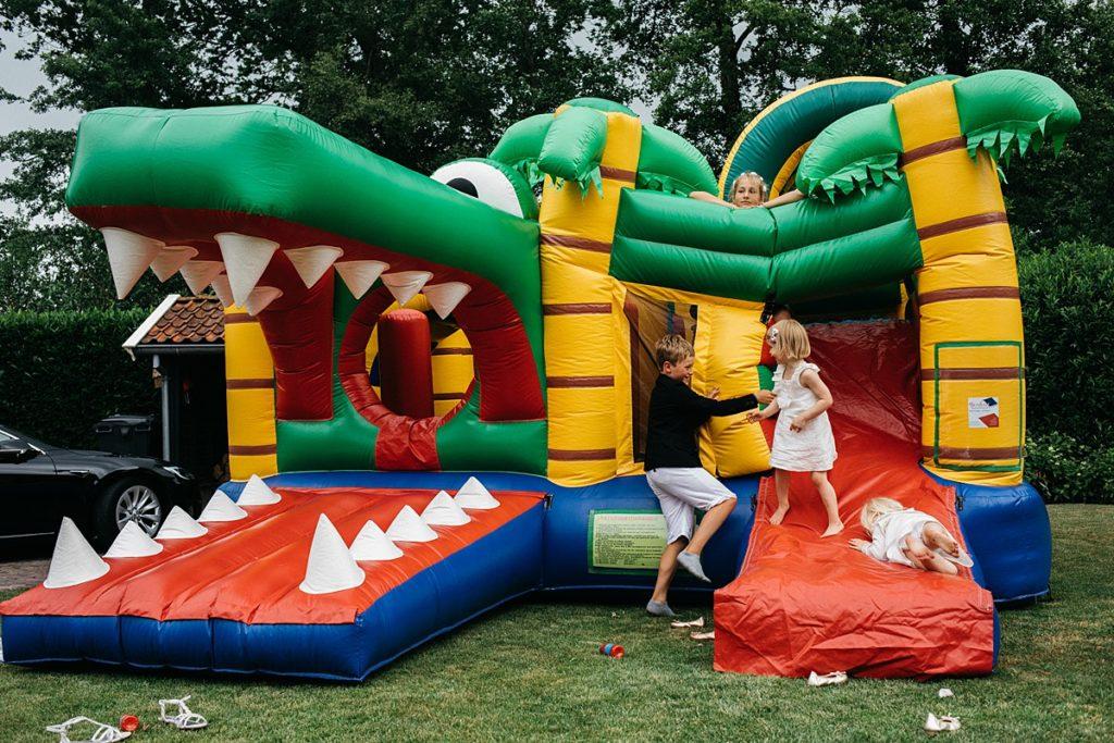 kinderen spelen op luchtkussen