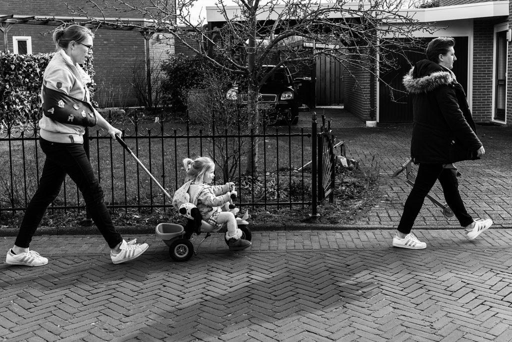mama's wandelen met dochter op fiets