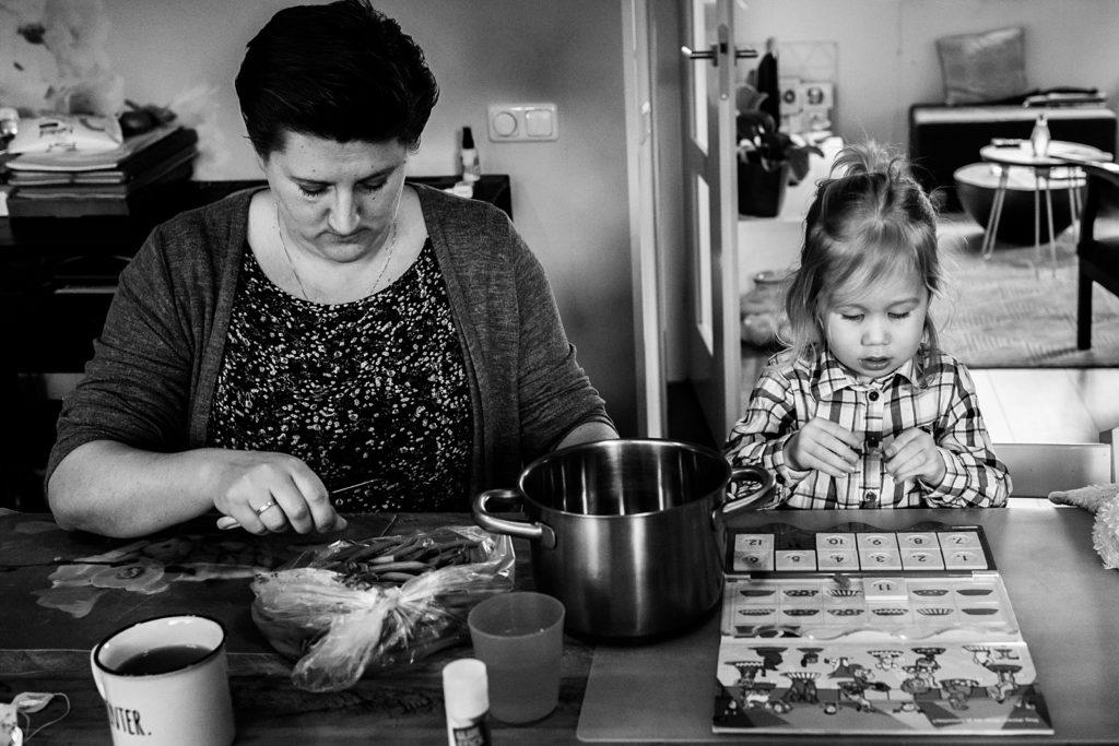 mama en dochter aan tafel