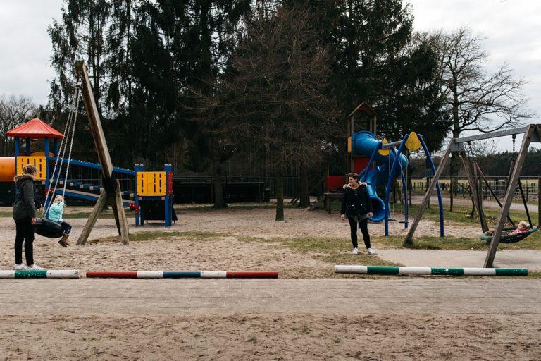 gezin in de buitenspeeltuin
