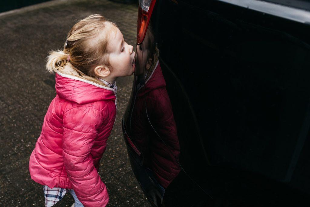 peuter maakt auto schoon