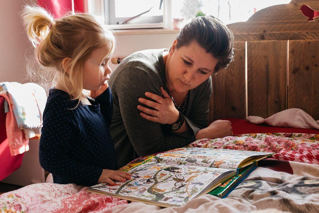 mama en dochter lezen boekje