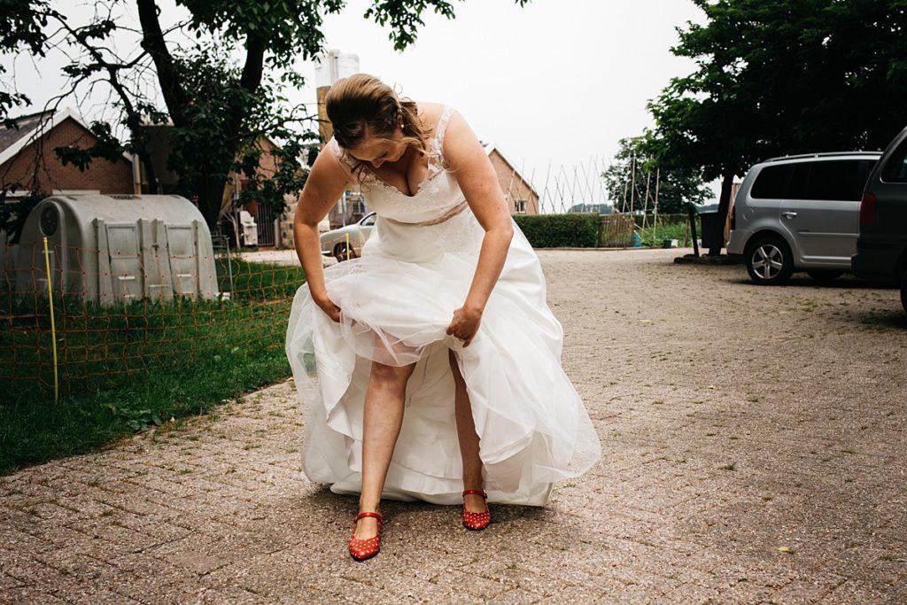 bruid doet kleding goed aan