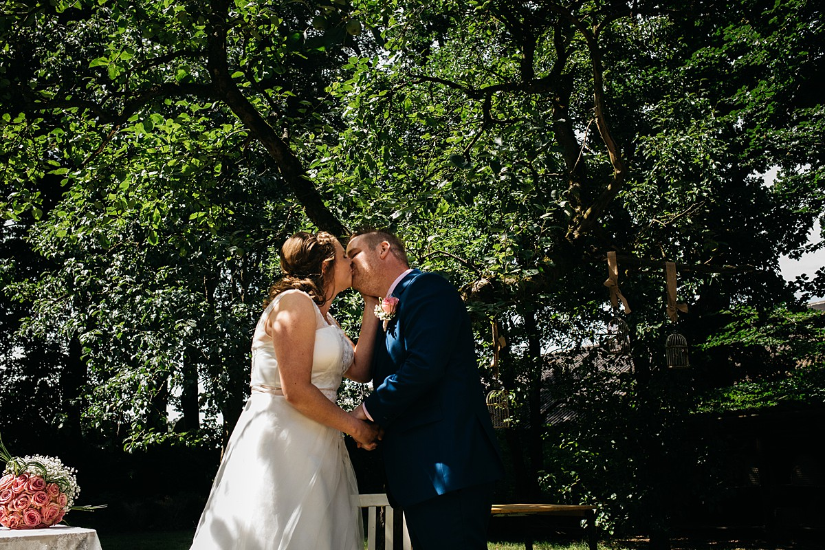 eerste kus bruidspaar