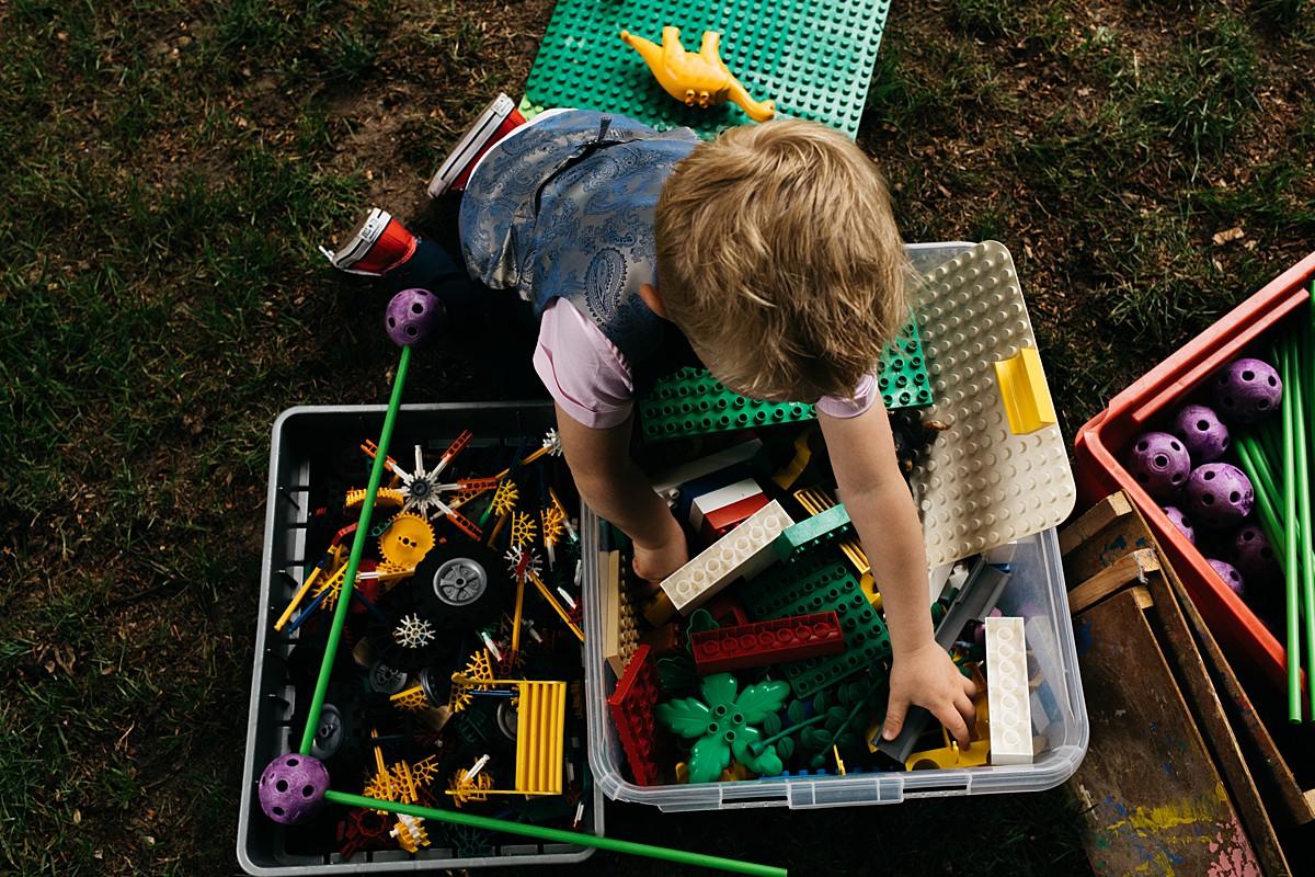 jongetje speelt met lego