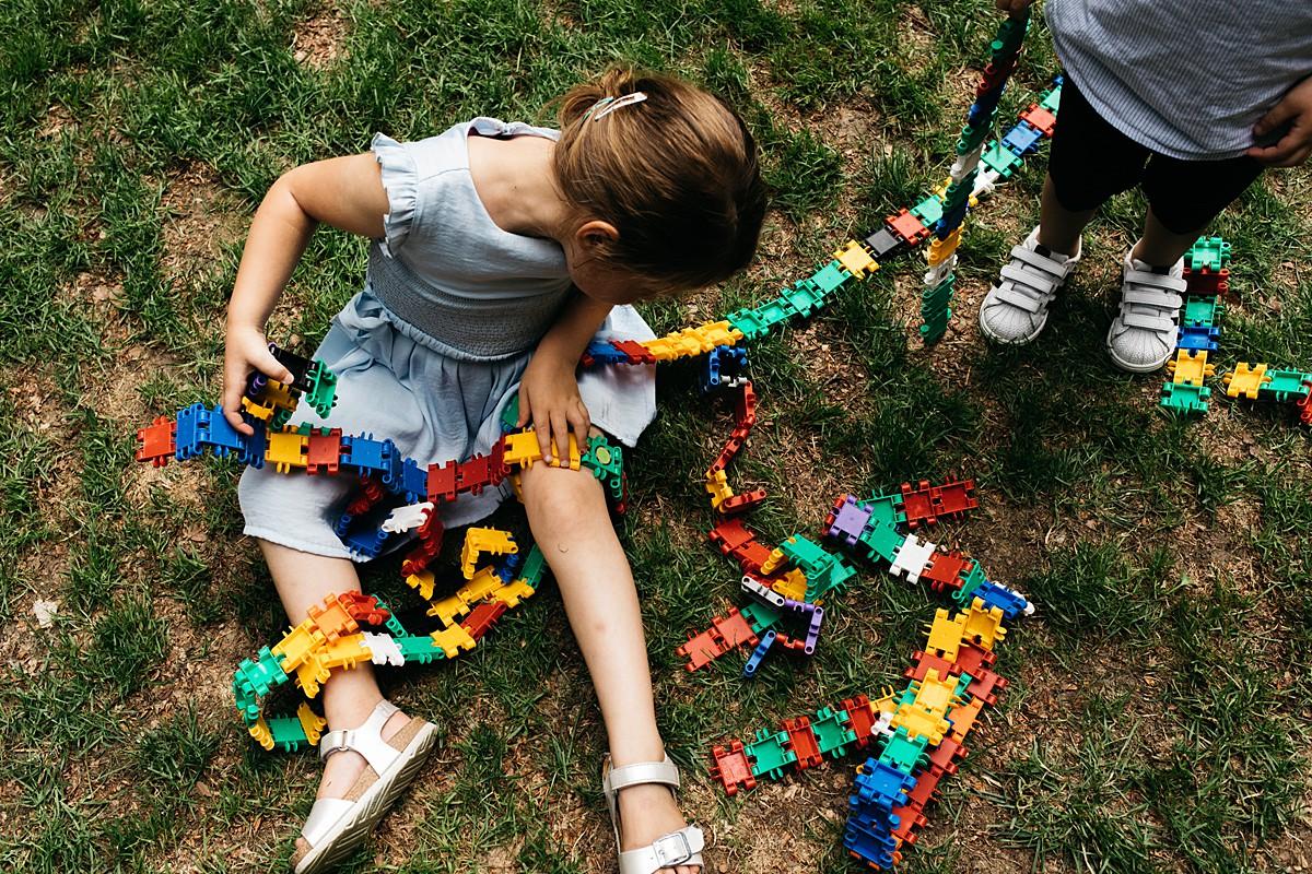 kinderen spelen met bouwspeelgoed