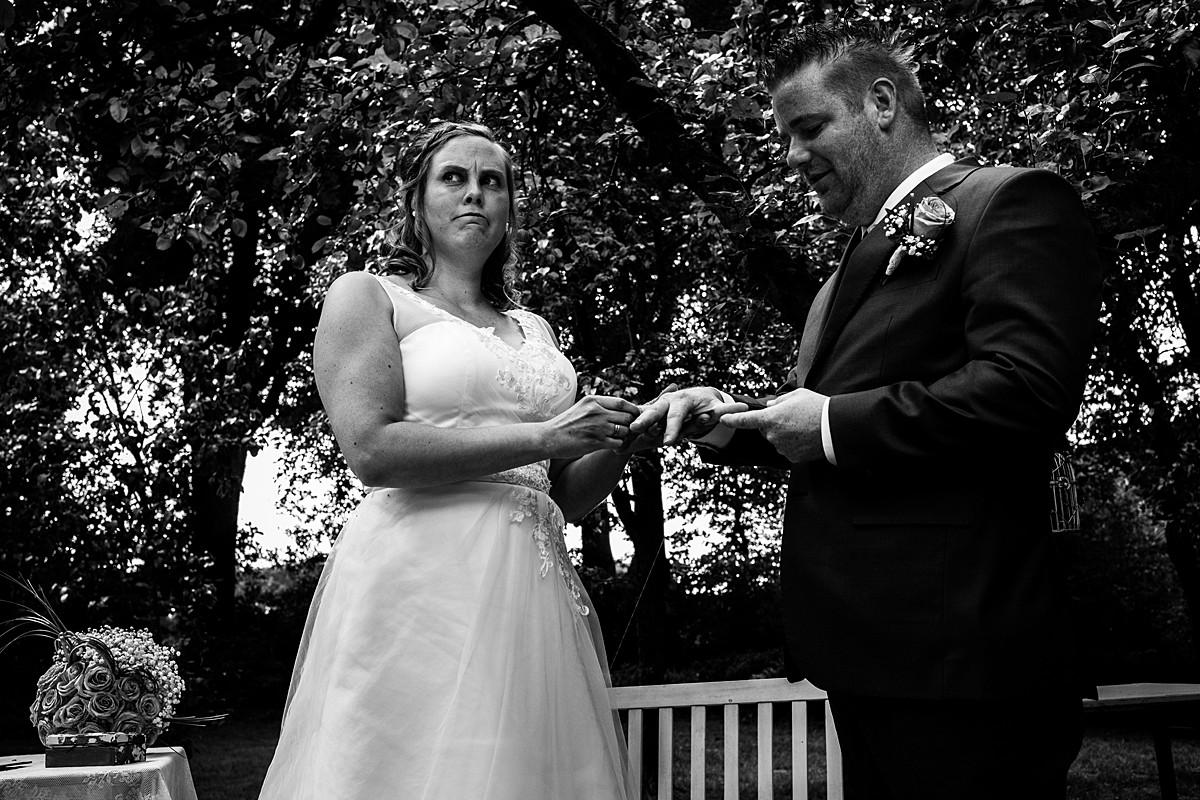 bruidspaar doet ringen om