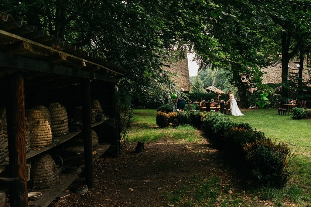 bijenkorven op veld waar trouwceremonie plaats vindt