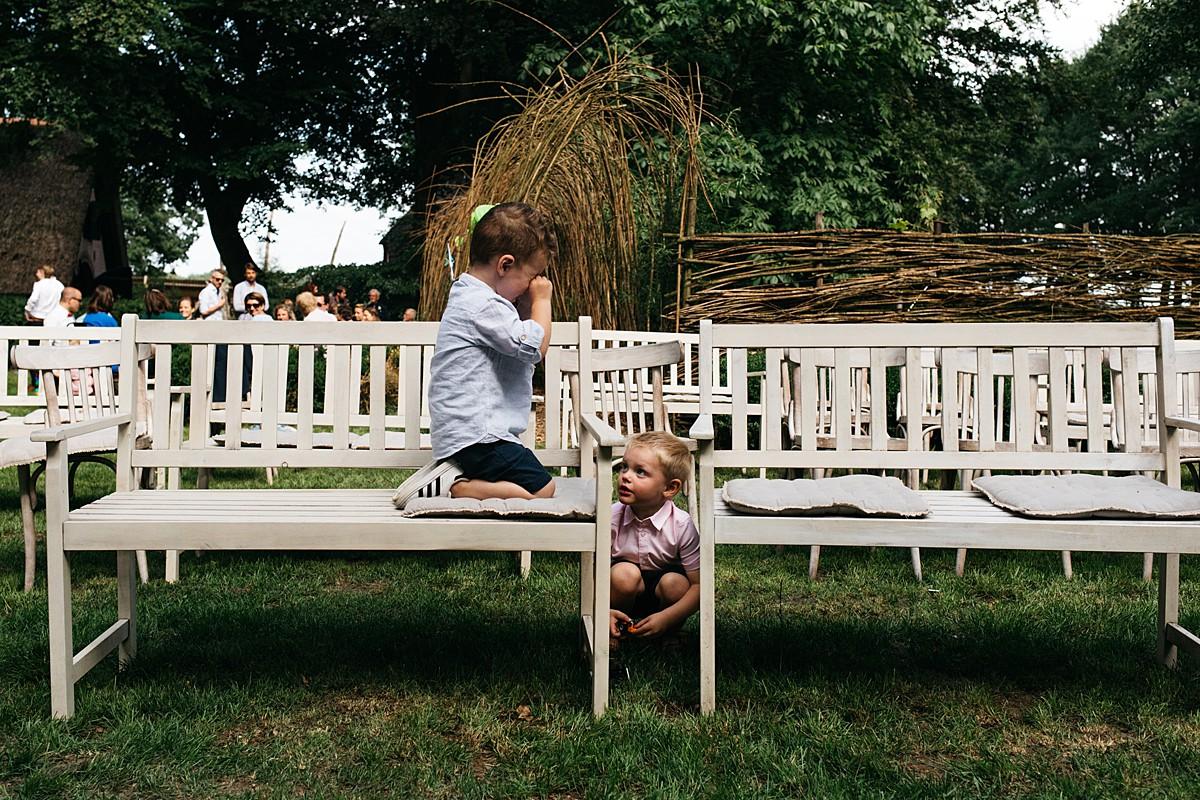 spelende kinderen tijdens feest