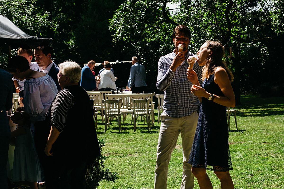ijsje eten na de huwelijksceremonie