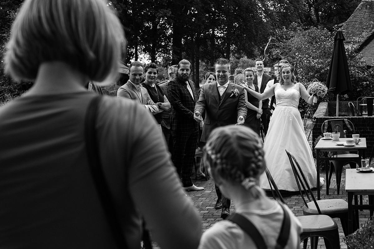 bruidspaar arriveert op trouwlocatie boerderij Het Molentje