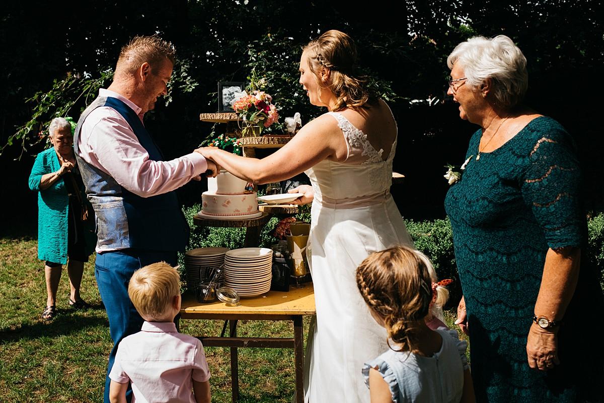 bruidspaar snijdt bruidstaart aan
