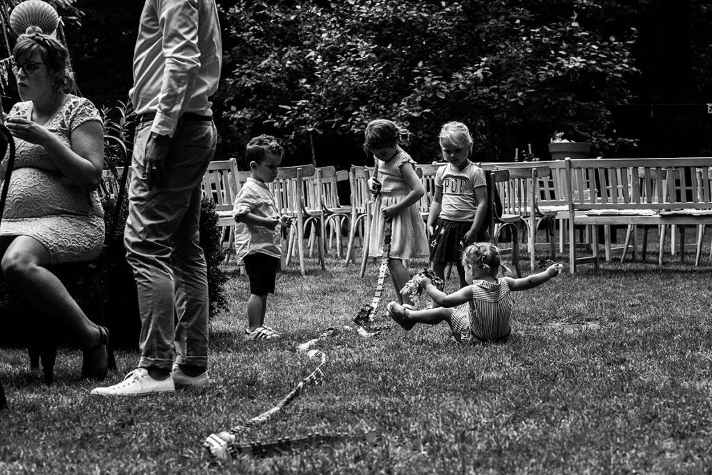 kinderen spelen en vallen