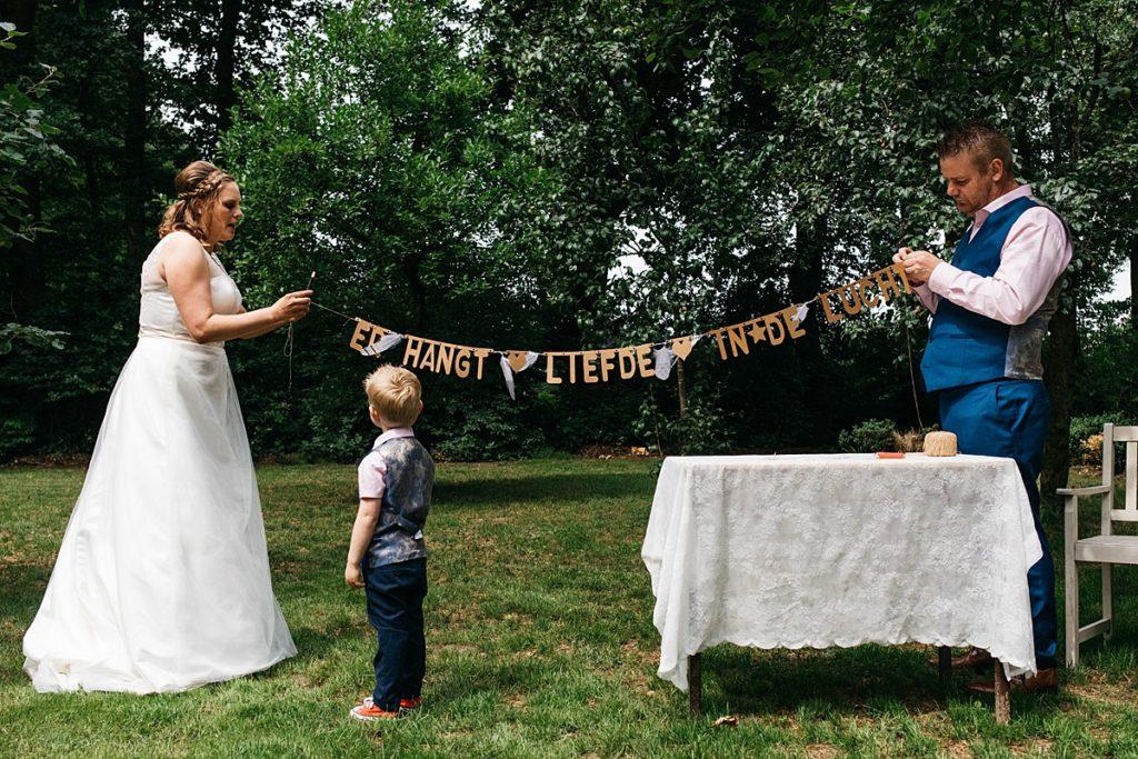 bruidspaar versieren trouwlocatie