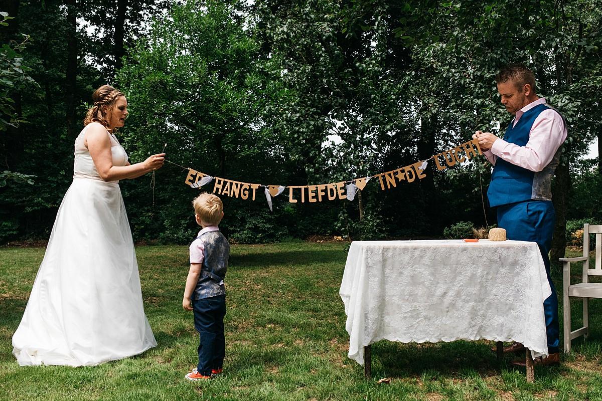 bruidspaar versiert trouwlocatie