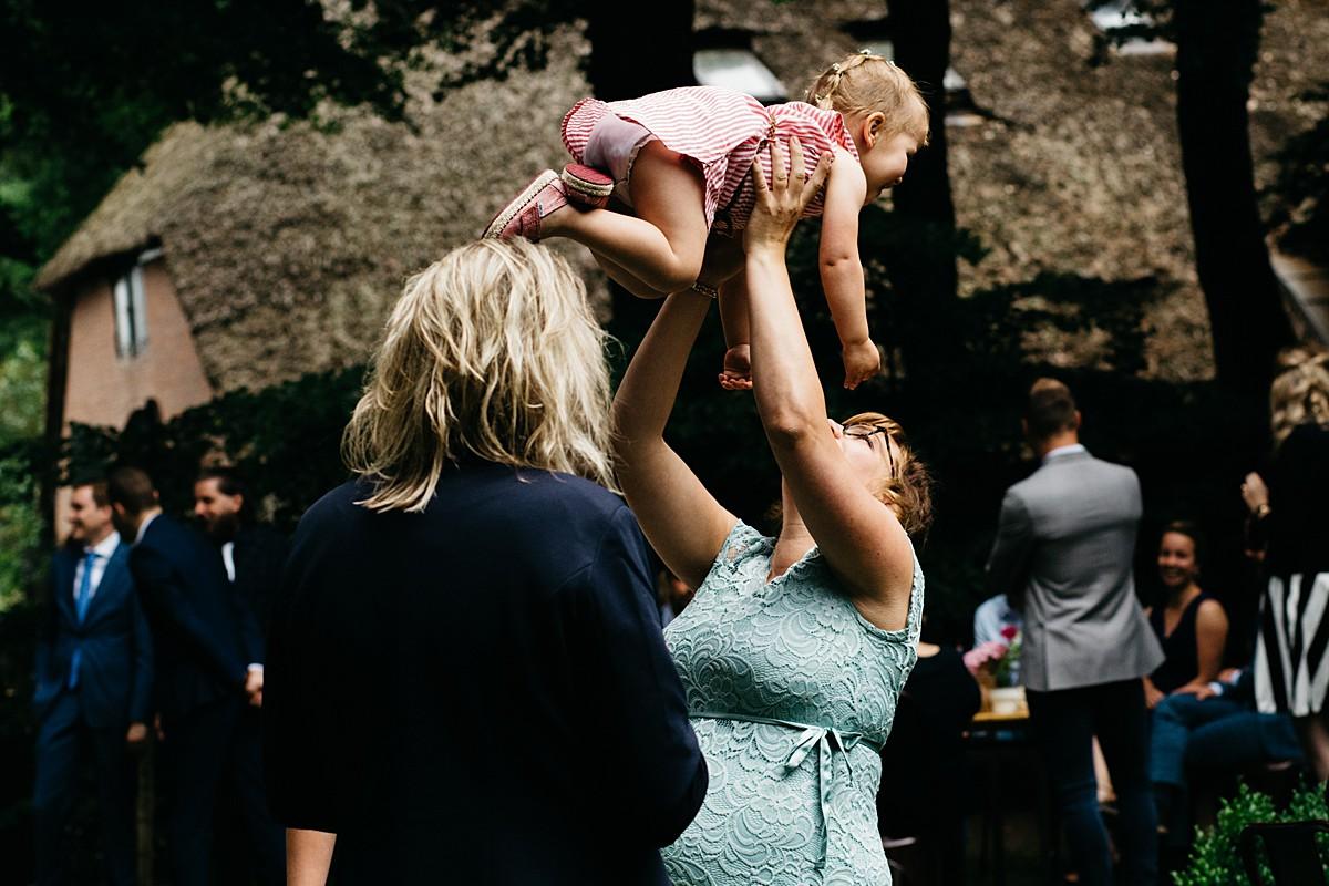 kindje wordt in de lucht gegooid door mama