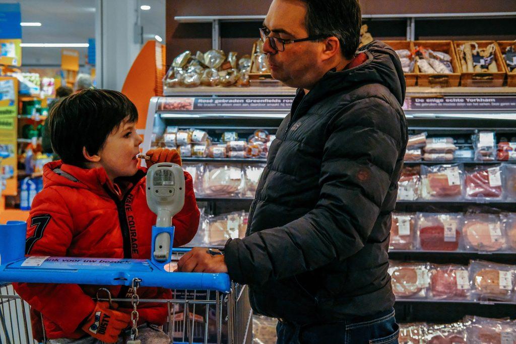 vader en zoon doen boodschappen