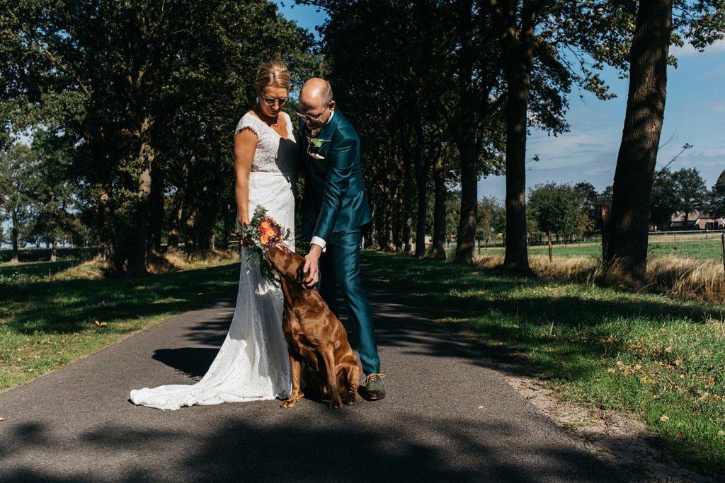 bruidspaar en hond