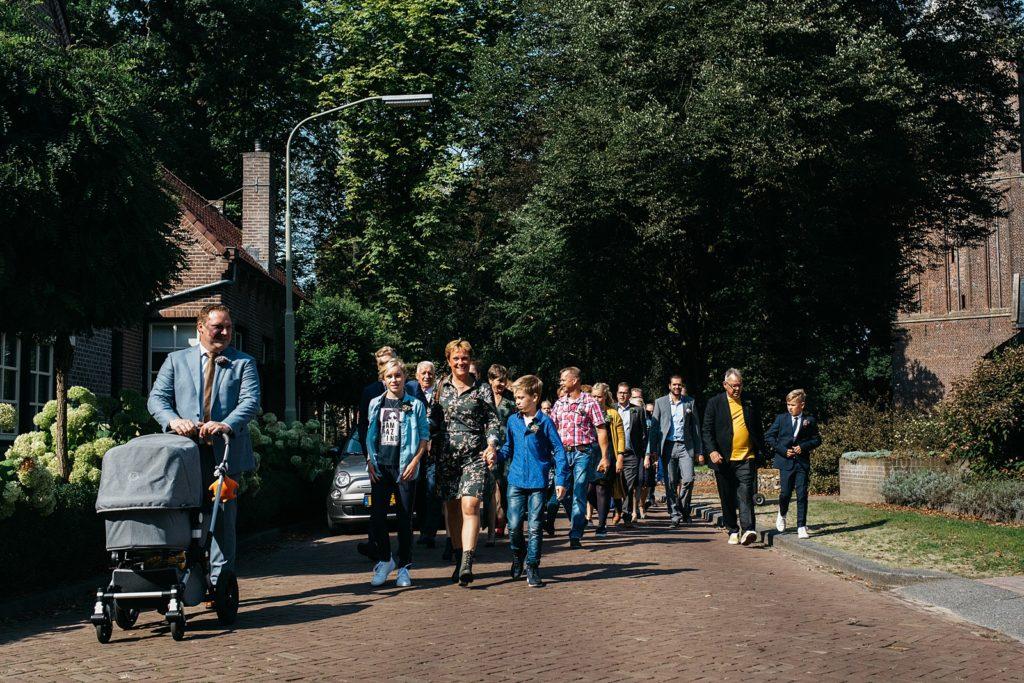 daggasten lopen naar stadhuis
