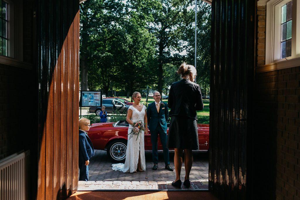 bruidspaar komt aan bij stadhuis