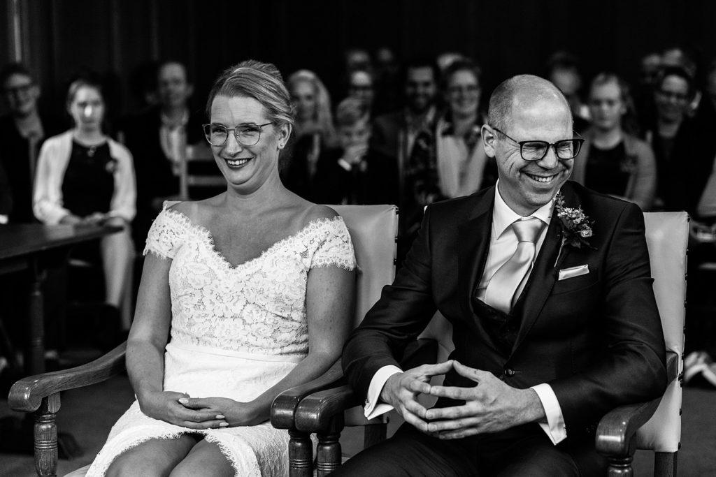 bruidspaar moet lachen