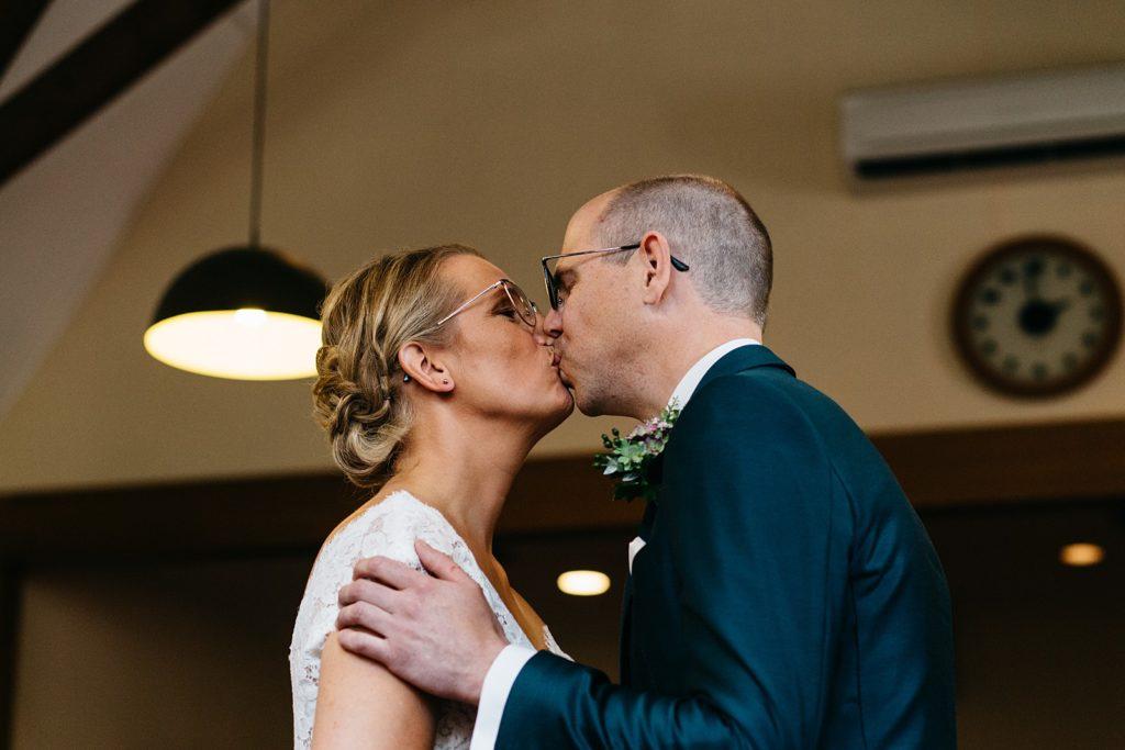 bruidspaar kust voor de eerste keer