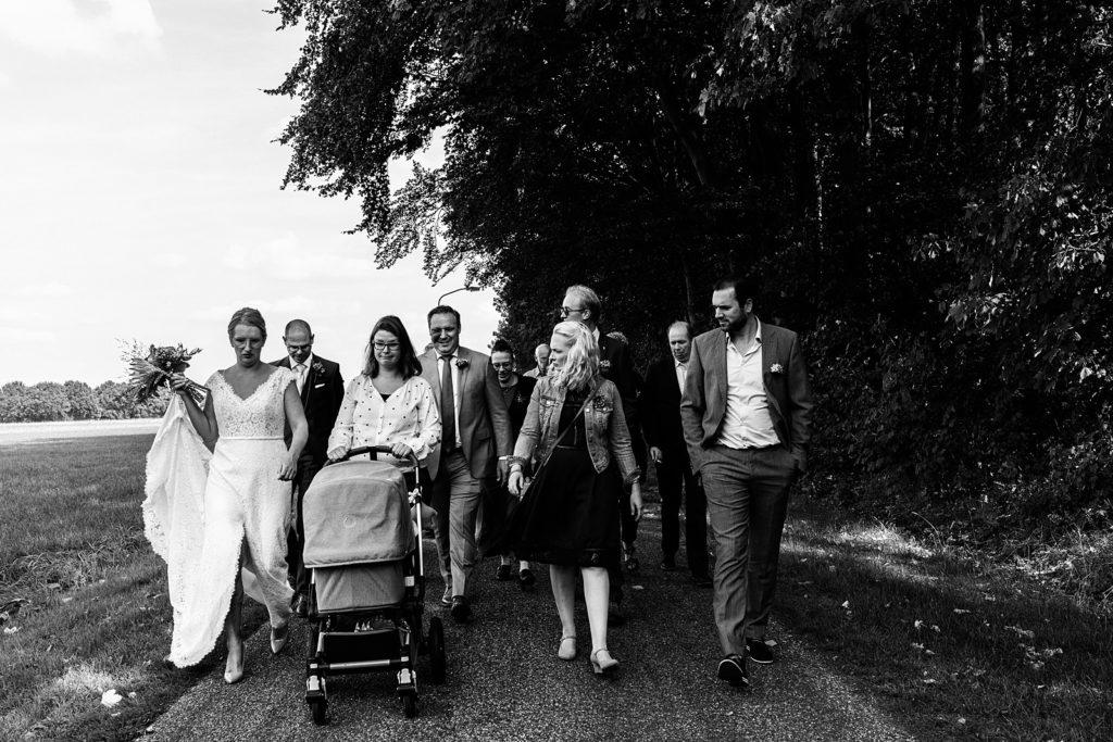 daggasten lopen naar trouwlocatie