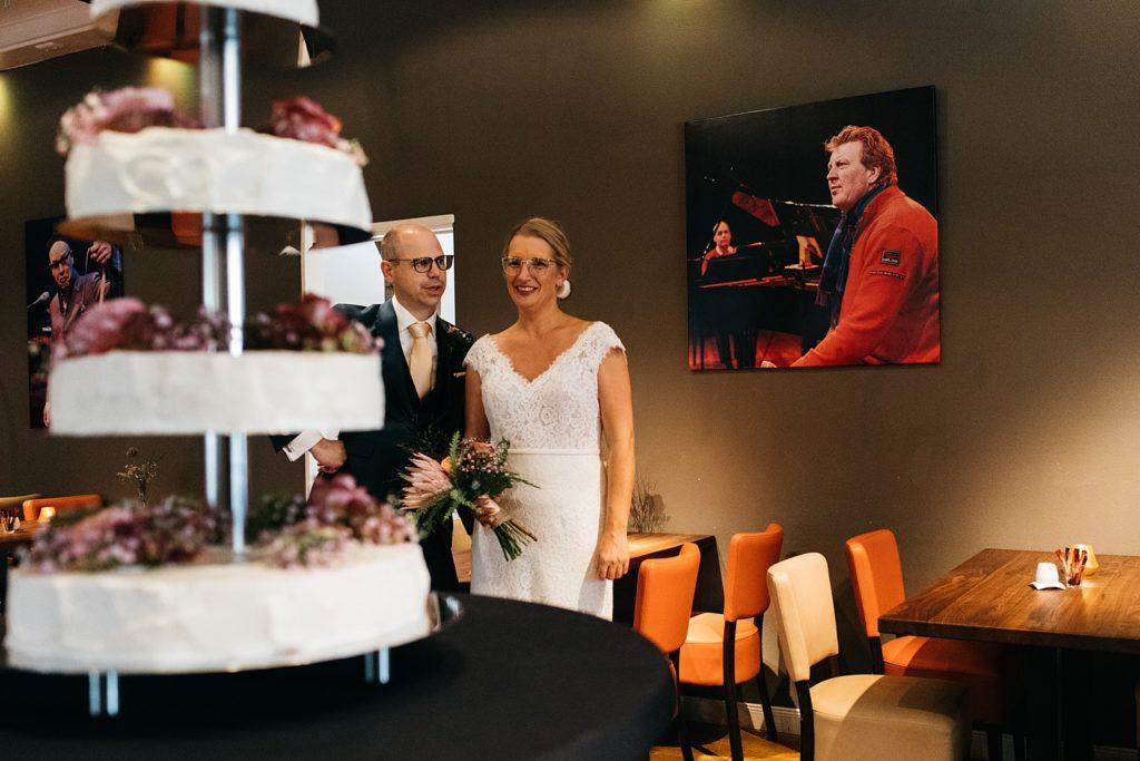 bruidspaar kijkt naar taart