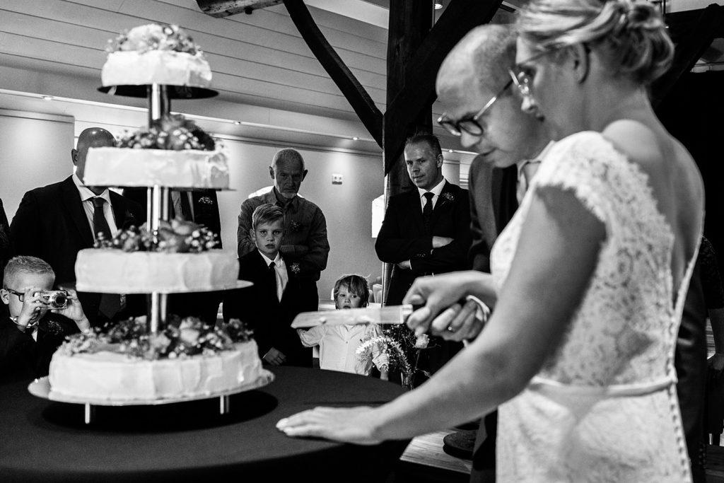 bruidspaar snijdt taart aan