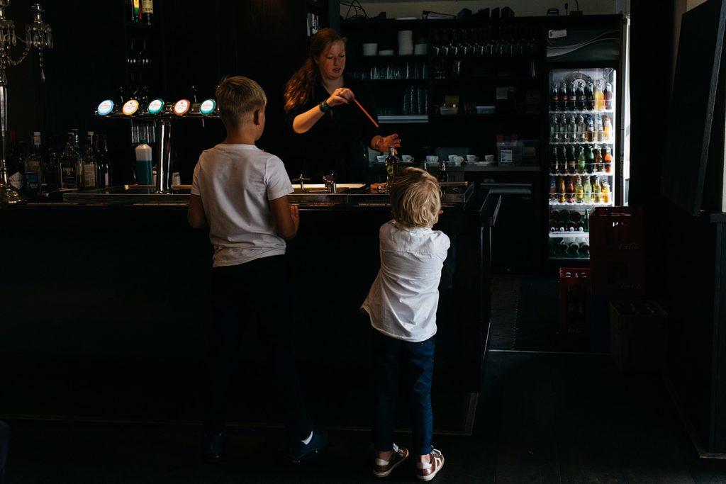 jongetjes staan aan de bar