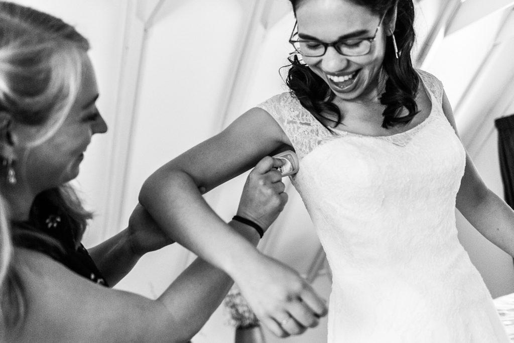 bruidsmeisje helpt bruid met deodorant
