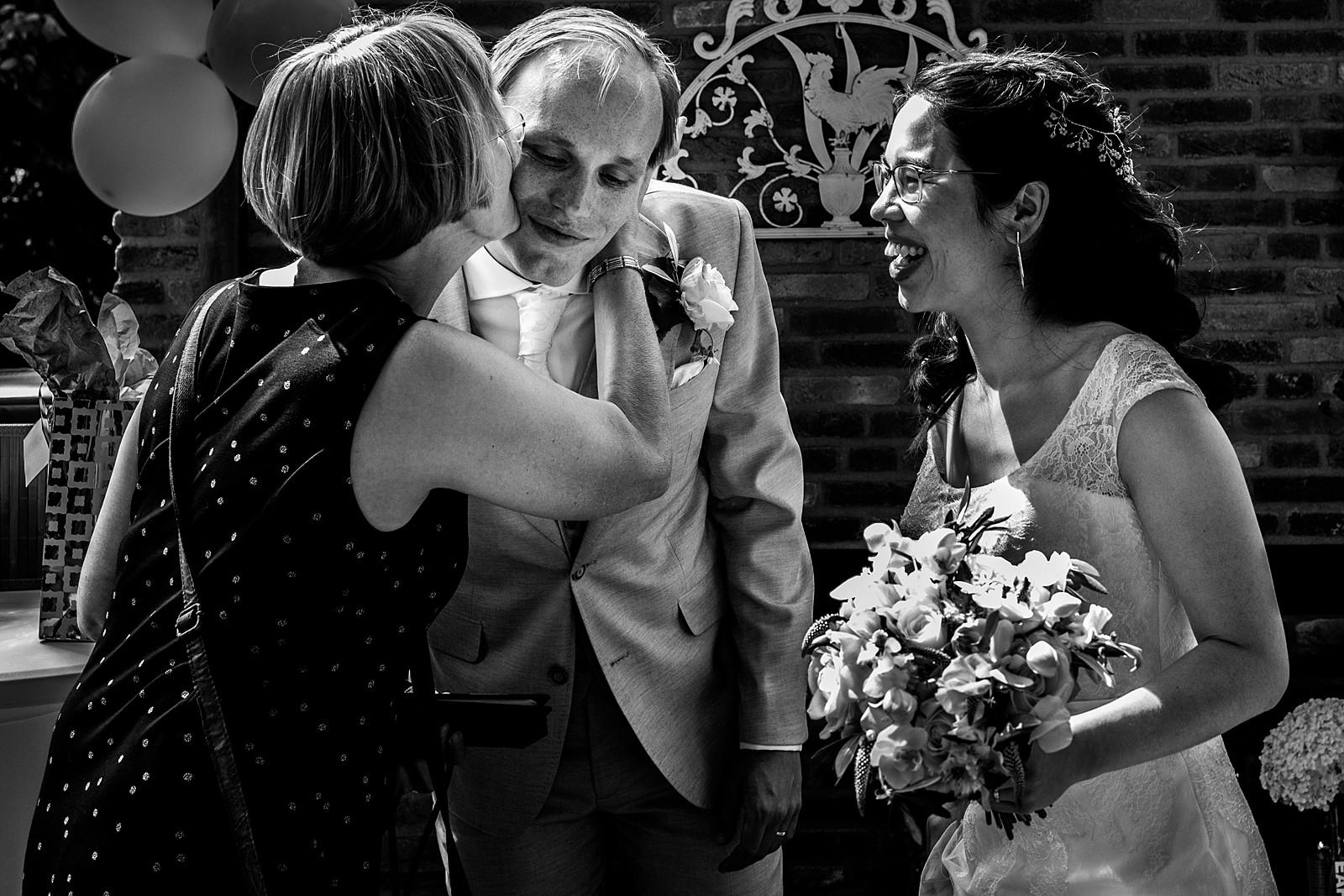 moeder feliciteert zoon met huwelijk