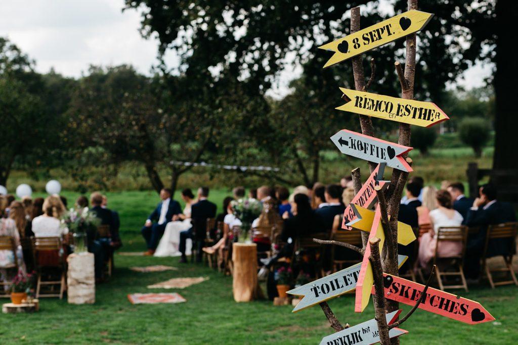 wegwijsborden tijdens bruiloft