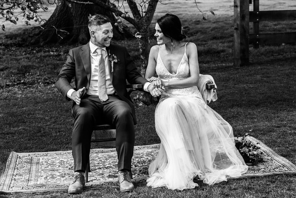 bruidegom moet lachen tijdens ceremonie