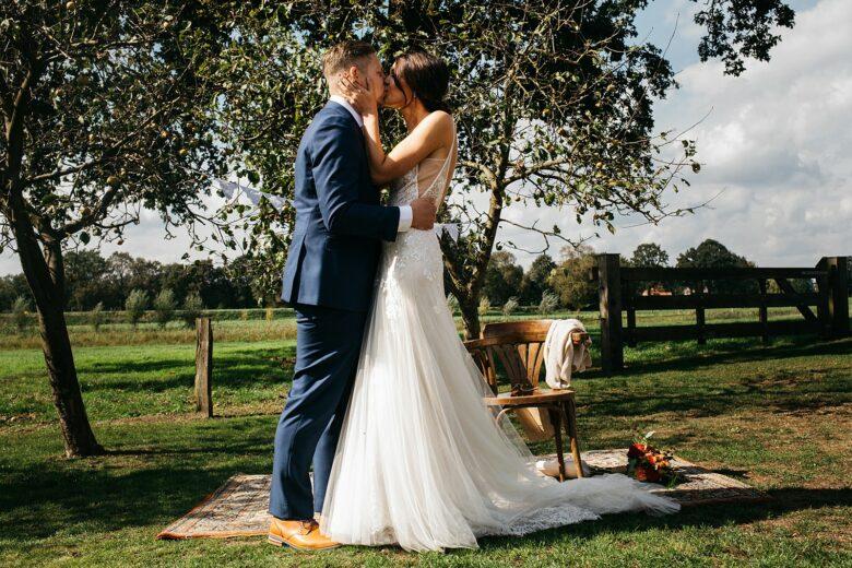 eerste kus van het bruidspaar