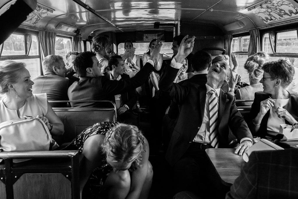 feestje in de feestbus tijdens trouwdag