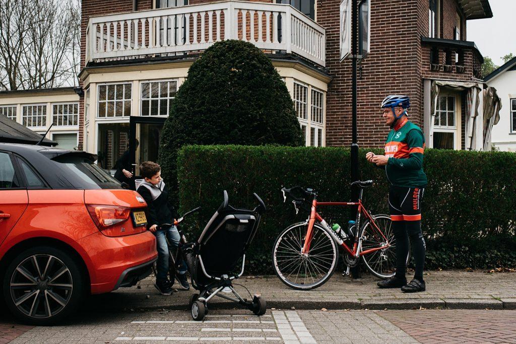 jongen praat met wielrenner
