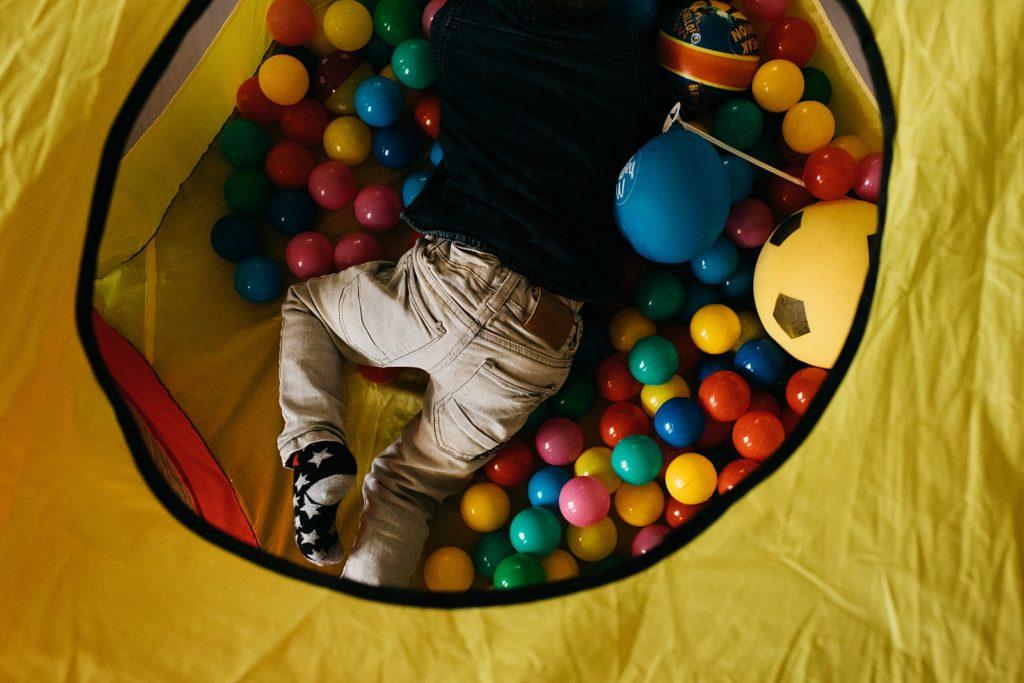 kind speelt in de ballenbak