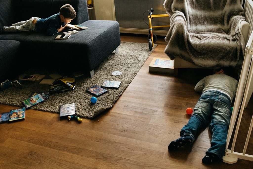 broertjes spelen in de woonkamer