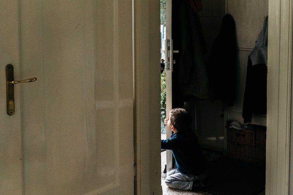 kindje wil naar buiten kruipen